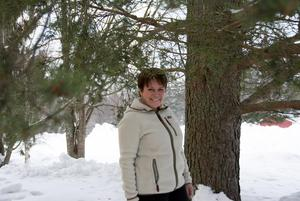Eeva-Liisa Holappa Jonsson bland de träd hon älskar.  Kring hennes eget vårdträd står snön just nu alltför djup för att hon ska kunna gå dit.