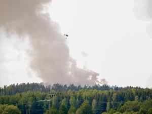 Bilden är tagen strax före 16 på lördagen, då räddningstjänsten inledde vattenbombning. Foto: Markus Liljedahl
