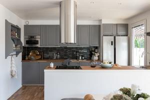 Adrianna tycker att grått är ett bra och tidlöst alternativ för de som är trötta på vita kök.