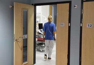 Karenstiden innebär att det kan finnas vårdpersonal på bemanningsföretag som inte kan hyras ut till regionen. Helt orimligt med tanke på att all tillgänglig vårdpersonal behövs just nu, skriver debattförfattarna.