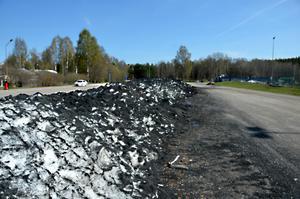 Intill konstgräsplanen i Kubikenborg i Sundsvall har ett 30 meter långt och flera meter brett avfallsberg bildats, bestående av snö uppblandad med svarta gummikulor från bildäck.