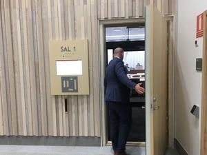 Kammaråklagare Per Bergmark går in i rättssalen. Foto: Torbjörn Granström