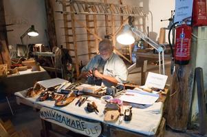 Knivmakare Ulf Ekebergh visar upp knivar och säljer ämnen till knivskaft i 1848:an.(arkivbild)