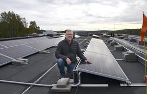 Den nya solcellsanläggningen i Bosvedjan är färdigbyggd. Den innebär att bostadsrättsföreningen kan sänka sina elkostnader med omkring en miljon kronor.