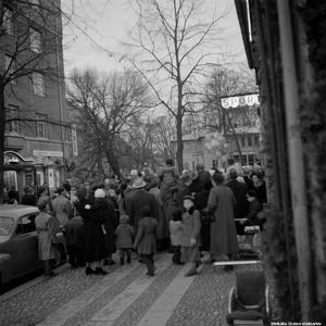 1955. Julskyltningsträngsel på Kungsgatan. Foto: Erik Arlebo. (Bildkälla: Örebro stadsarkiv)