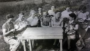 Damerna är från vänster:  1. Ellen Sundin 2. Karin Bergman.3. Berta Jonsson.4. Jenny Dahlberg. 5. ? 6. Hanna Sundin Eriksson. 7. Ingeborg Eskilsson. 8. Greta Svensson. 9. Gunhild
