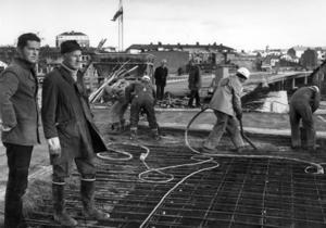 Den 16 oktober 1971 har det sista partiet av huvudbron gjutits färdigt. Det går nu, om man har tillstånd, att köra över bron men det är fortfarande mycket jobb som återstår innan bron kan öppnas för trafik. På bilden ses ingenjör Sten Wallander och arbetsledare John Skogelid. Foto: ÖP:s arkiv