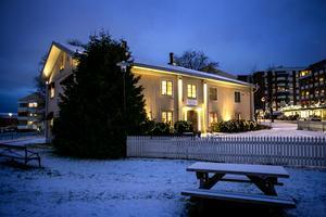 Ljusdesigner Micael Johansson vill framhäva att Ekeliden är ett gammalt hus.