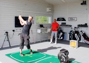 Per-Arne Håkansson testar utrustning i den toppmoderna swingstudion under överinseende från tränaren och instruktören Peter Forsgren. Under lördagen kan den som vill prova på studion.