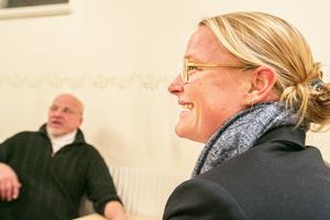 Stämningen lättade betydligt mot slutet av mötet och under fikat. Och Sandra Lundahl fick bra kontakt med Rossöborna.
