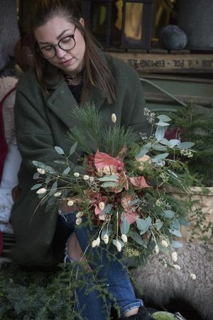 Julstjärnor är de aprikosa blommorna i den här buketten, tillsammans med nejlikor, asparagus, poppel, mjuktall, gräs och vackra ax..