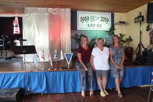 Tre generationer av båtentusiaster framför scenen i klubbhuset där kvällens revy ska spelas upp. Från vänster: Hanna Tuner, Gunnel Hedlund och Carin Ahlbäck.