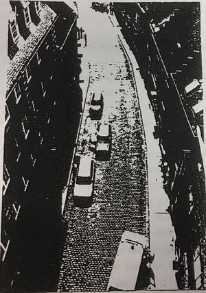 Bilden är en dålig kopia, men den visar gatan i Turnhout där den vilda skottväxlingen mellan de desperata rymlingarna och polis ägde rum.