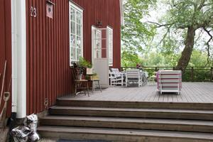 Vännen och snickaren Sten har byggt till det mesta på gården, bland annat den väldiga verandan på husets kortsida.