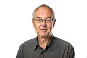 Yttrandefrihetsexperten Nils Funcke rekommenderar ibland två mobiler för att spela in hemligt på den ena. Bild: Tor Johnsson/Tidningen Journalisten
