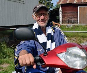 Gunnar Andersson har en elskoter som färdmedel. Han har svårt att gå med sina värkande knän, så käppen tar han med på pakethållaren när han ska åka och handla.
