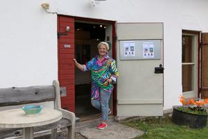 Många utställningar har det blivit i och runt Kumla. Ann-Marie Klöfver-Wall hälsade välkommen till utställning i Galleri Bagarstugan hemma på gården i Sannahed.