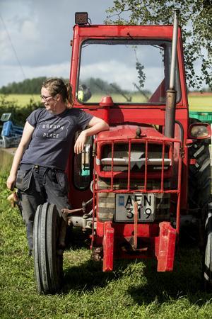 """Lisselstugans enda traktor. """"Jag vill inte ha för många stora maskiner, men Martin brukar bygga det jag behöver på beställning"""" säger Finley."""