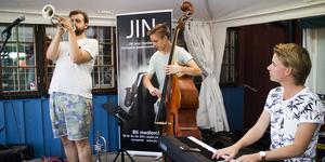 Axel Berntzon, trumpet, Alexander Capasso, bas, och Martin Åklint piano, var en av akterna under förra sommarens jazz på havstrappan. Foto: Gösta Rising