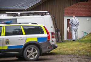 En av polisens kriminaltekniker bär fram material att samla bevis och eventuella beslag i. Bilden fotograferad i måndags. i samband med att teknikerna anlände till platsen utanför Surahammar.