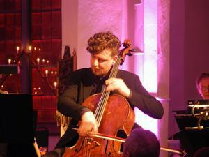 István Várdai cello, karismatisk musiker i samspel med orkester och medsolist.