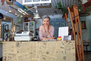 Receptionen i frisersalongen hos Pia Möller-Andersen är tapetserad med gamla Gefle Dagblad.