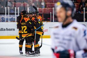 Brynäs Victor Söderström jublar med lagkamrater efter 3-0 under ishockeymatchen i SHL mellan Brynäs och Linköping. Foto: Jonathan Näckstrand / BILDBYRÅN