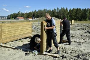 Per Harum på Friluftskontoret monterar hinderbana tillsammans med kollegorna Björn Bergendahl och Torbjörn Karlsson.