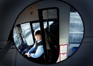 """DRÖMMEN BLEV SANN. 21-åriga Ida Wennman älskar att köra buss och hon stormtrivs med sitt nya jobb på Stadsbussarna i Gävle. """"Att köra lastbil hade kanske också varit kul, men jag är social och älskar att prata och skratta tillsammans med andra människor"""", säger hon."""