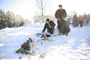 Jesper Kaliff och Oskar Eriksson Vollert var några av dem som kommit för att hedra den omkomne chauffören.