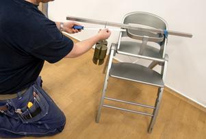 Här testas stabiliteten åt sidan. Vikten ska kunna hängas minst 140 mm ut från stolen för att den ska bli odkänd.