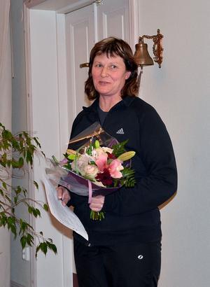 Pernilla Karlsson från Säterbygdens ridklubb fick månadens blomma vid fullmäktigemötet i Gustafs.