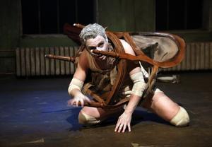 En stol illustrerar instängdheten i en insekts kropp. Gregor Samsa spelas av Patrick Henriksen.Foto: Yoshi Omori