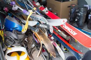 Givmilda människor har bland annat skänkt pimpelspön, innebandyglasögon, sovsäckar, slalompjäxor och en cykel – och mängder av skidor.