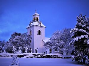 Ilsbo kyrka i vinterskrud. Bild: Joacim Nilsson