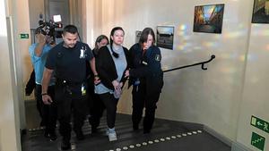 Arkivbild när Johanna Möller förs in i rättssalen på Svea hovrätt. Nu ska hon avtjäna ett livstids fängelsestraff för bland annat mord och mordförsök.
