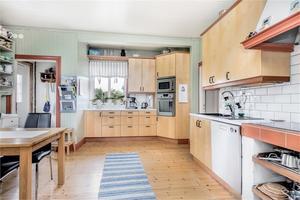Kök med trägolv. Foto: Fastighetsbyrån Sala