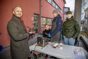 UF-läraren Mattias Bylund köper friterad kyckling av, från vänster, Albin Wedin Eliasson, Liam Karo och Viktor Nordén.