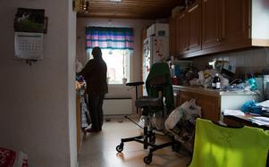 Tidigare hade Ulla Jäderström hjälp med städ varannan vecka. Sedan hon hamnade hos Kronofogden har hon inte råd med det och lever i ett stökigt hem eftersom hennes rygg gör att hon inte kan städa själv.