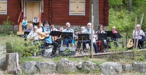 Vi Tre spelar och sjunger underhöll på Gammelgården.