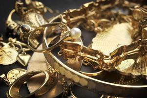 Smycken för uppskattningsvis 100 000 kronor stals från en äldre kvinna i Härnösand.