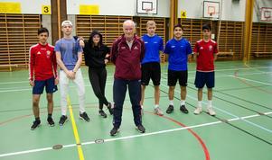 Pelle har tillbringat många timmar i idrottssalen på Bergsåkers skola. Här med eleverna Kamal Shasho, Ludwig Söderstedt, Wynja Edström, Ludvig Bergström-Sundelin, Amir Pajande och Zobair Wali.