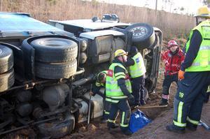 I väntan på tungbärgare fick räddningstjänsten koncentrera sig på att försöka stoppa en läcka från lastbilens dieseltank.