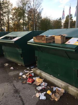 Så här ser det ofta ut på återvinningsstationerna, enligt insändarskribenten. Foto: Privat