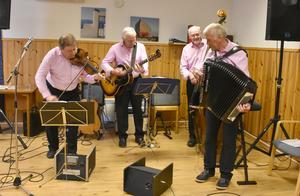 Populära Lars-Håkans orkester spelade så golvet gungade! Från vänster Lars-Håkan Eriksson, Jan Johansson, Hans-Erik Hansson och Thord Wikén. Foto: Karin Haxner