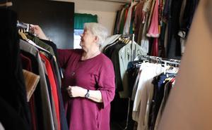 Ragnhild Hanes försöker få ordning på det klädförråd som finns i Teaterverkstans ägo och just nu fått ta plats bakom och under läktaren.