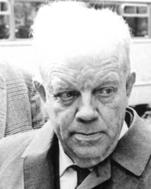 Assar Jansson skulle ha fått bo kvar i lärarbostaden efter sin pension, men då han fick en stroke 1962 funkade det inte med trappan. Därför köpte makarna en tomt intill skolan och byggde en gul enplansvilla. Assar avled 72 år gammal, makan Elisabet blev 88 år och bodde sista tiden i Sala. Foto: SA arkiv