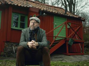 """""""Finns det inte redan en sådan"""" är den vanligaste frågan Kalle Lind fått när han skrivit på boken om Hasse Alfredson. Foto: Gabriel Liljevall"""