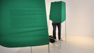 För att varje person ska rösta precis så som han eller hon tycker, lägger man ner sina valsedlar i kuverten bakom en skärm.