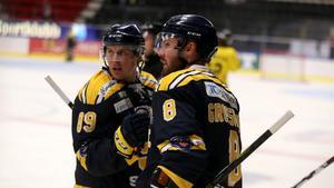 David Åslin kramar om Nicklas Grossmann efter kaptenens mål mot AIK i Skoda Trophy.